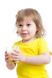 Aanbiddelijke kindconsumptiemelk met de holdingsglas van de melksnor melk Stock Foto