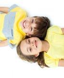 Aanbiddelijke kinderen die op de vloer liggen Royalty-vrije Stock Foto