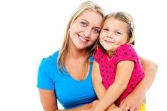 Aanbiddelijke mamma en dochter die samen stellen stock foto's
