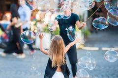 Aanbiddelijke meisje blazende zeepbels in Trastevere in Rome, Italië royalty-vrije stock foto's