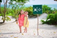 Aanbiddelijke meisjes bij strand tijdens de zomervakantie stock fotografie
