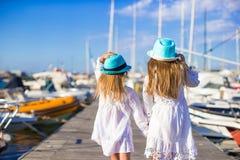 Aanbiddelijke meisjes die in een haven lopen tijdens Royalty-vrije Stock Afbeelding