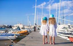 Aanbiddelijke meisjes die in een haven op de zomer lopen Royalty-vrije Stock Afbeelding