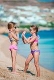 Aanbiddelijke meisjes die pret hebben tijdens strandvakantie royalty-vrije stock afbeeldingen
