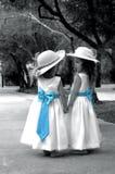 Aanbiddelijke Meisjes met Blauwe Bogen Royalty-vrije Stock Fotografie