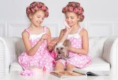 Aanbiddelijke meisjes met hond Stock Foto