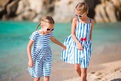 Aanbiddelijke meisjes tijdens de zomervakantie De jonge geitjes genieten van hun reis in Griekenland Stock Foto