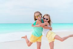 Aanbiddelijke meisjes tijdens de zomervakantie De jonge geitjes genieten van hun reis Royalty-vrije Stock Foto