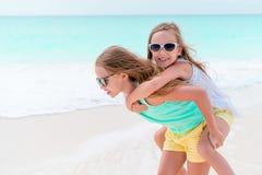 Aanbiddelijke meisjes tijdens de zomervakantie De jonge geitjes genieten van hun reis Royalty-vrije Stock Afbeeldingen