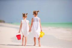 Aanbiddelijke meisjes tijdens de zomervakantie De jonge geitjes genieten van hun reis Stock Foto