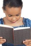 Aanbiddelijke meisjeslezing stock afbeelding