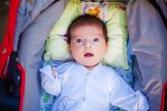 Aanbiddelijke mooie pasgeboren baby stock foto's
