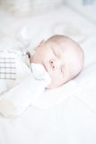 Aanbiddelijke pasgeboren babyslaap op rug Stock Afbeelding