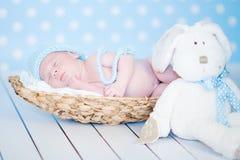 Aanbiddelijke pasgeboren gelukkige babyslaap Royalty-vrije Stock Foto's