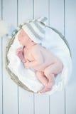 Aanbiddelijke pasgeboren gelukkige babyslaap Stock Afbeeldingen