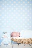 Aanbiddelijke pasgeboren gelukkige babyslaap Royalty-vrije Stock Afbeeldingen