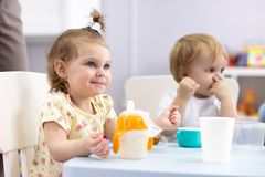 Aanbiddelijke peutermeisje het drinken koemelk voor ontbijt Gezond kind die melk hebben als bron van het gezondheidscalcium Het j royalty-vrije stock fotografie