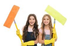 Aanbiddelijke schone freaks Leuke meisjes die zwabbers voor het schoonmaken van vloer houden Kleine schoonmaaksters Kleine reinig royalty-vrije stock fotografie