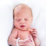 Aanbiddelijke uiterst kleine pasgeboren baby op whiredeken Royalty-vrije Stock Fotografie