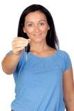 Aanbiddelijke vrouw die een sleutel verstrekt Stock Foto's