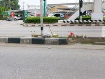 Aanbiedend materiaal dat bij de vlek wordt geplaatst waar het verkeersongevalslachtoffer, Chiang Mai, Thailand gedood werd stock foto's