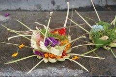 Aanbieding bij tempel van Pura Goa Lawah, Bali, Indonesië stock afbeelding