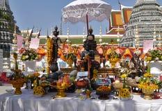 Aanbiedingen voor Boedha en voor Goden bij de Tempel van Wat Arun Stock Afbeeldingen