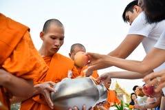 Aanbiedingsvoedsel aan monnik bij tempel royalty-vrije stock afbeelding