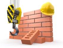 In aanbouw. Bakstenen muur, kraan en bouwvakker Stock Fotografie