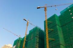 In aanbouw bouwend met gebeëindigde gebouwde gebouwen Stock Afbeelding
