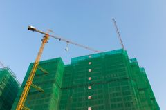 In aanbouw bouwend met gebeëindigde gebouwde gebouwen Royalty-vrije Stock Foto