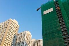 In aanbouw bouwend met gebeëindigde gebouwde gebouwen Royalty-vrije Stock Foto's