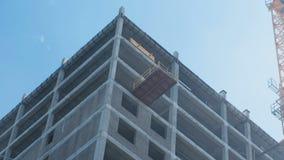 In aanbouw de bouw en bouw kraan met meerdere verdiepingen op de achtergrond van duidelijke hemel Close-up stock videobeelden