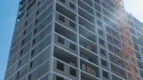 In aanbouw de bouw en bouw kraan met meerdere verdiepingen op de achtergrond van duidelijke hemel Close-up stock video