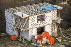 In aanbouw de bouw Het kader van dakstralen en dakwerkunderlayment, waterbestendige waterdichte barrière op muren van hol schuim stock fotografie