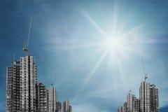In aanbouw gebouwen met torenkraan op blauwe hemel met heldere zon Royalty-vrije Stock Foto's