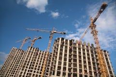In aanbouw huizen met kranen Royalty-vrije Stock Afbeeldingen
