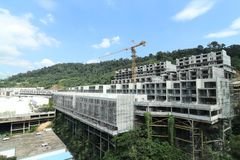 In aanbouw plaats van nieuwe woonplaatsflat tegen blauwe hemel met kraan op plaats Royalty-vrije Stock Fotografie