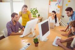 Aandachtig commercieel team die aan laptops werken stock foto
