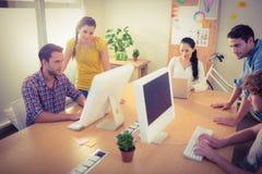Aandachtig commercieel team die aan laptops werken stock fotografie