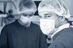 Aandachtig kijk van chirurg in masker royalty-vrije stock fotografie