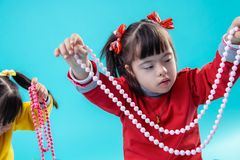 Aandachtig meisje met geestelijke wanorde die decoratieve kralenversiering behandelen stock foto's