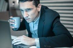 Aandachtige financiële auditor die financiële staat van een firma controleren stock afbeeldingen