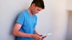 Aandachtige schooljongen die digitale tablet gebruiken stock videobeelden
