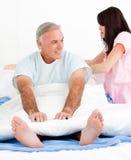 Aandachtige verpleegster het bevestigen het bed van haar patiënt Royalty-vrije Stock Fotografie