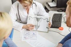 Aandachtige vrouwelijke medisch student die haar werk doen stock fotografie