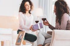 Aandachtige zuster die verrassing voor haar houdende van sibling maken royalty-vrije stock afbeeldingen