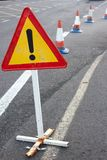 Aandachtsteken Beperkt verkeer Driehoek met rode grens Omleiding bij de straat Stock Fotografie