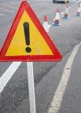Aandachtsteken Beperkt verkeer Driehoek met rode grens Omleiding bij de straat Stock Afbeeldingen