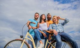 Aandeel of huur de fietsdienst Besteedt de bedrijf modieuze jongeren in openlucht de achtergrond van de vrije tijdshemel Fiets al stock foto